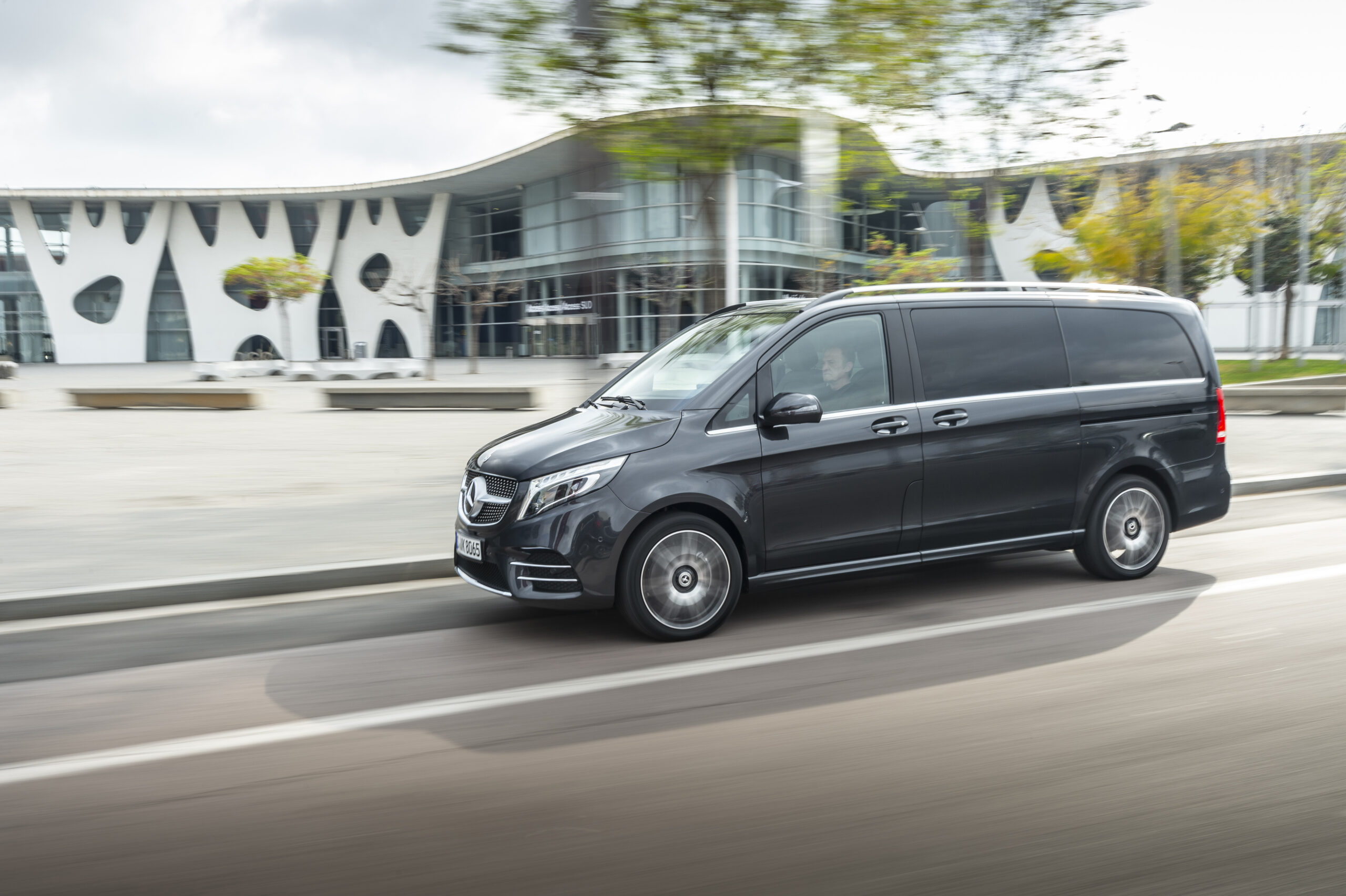 Die neue Mercedes-Benz V-Klasse – V 300 d 4MATIC; Exterieur, Ausstattungslinie AVANTGARDE, AMG Line, Graphitgrau metallic; Interieur, Ausstattungslinie AVANTGARDE, AMG Line, Leder Nappa Tartufo, Zierelement in Doppelstreifen-Optik;Kraftstoffverbrauch kombiniert 6,8-6,5 l/100 km, CO2-Emissionen kombiniert 179-172 g/km*  The new Mercedes-Benz V-Class – V 300 d 4MATIC; Exterior, Design and equipment line AVANTGARDE, AMG Line, Graphite grey metallic; Interior, Design and equipment line AVANTGARDE, AMG Line, Leather Nappa tartufo, trim element in twin-strip look;Combined fuel consumption: 6.8-6.5 l/100 km; combined CO2 emissions: 179-172 g/km*